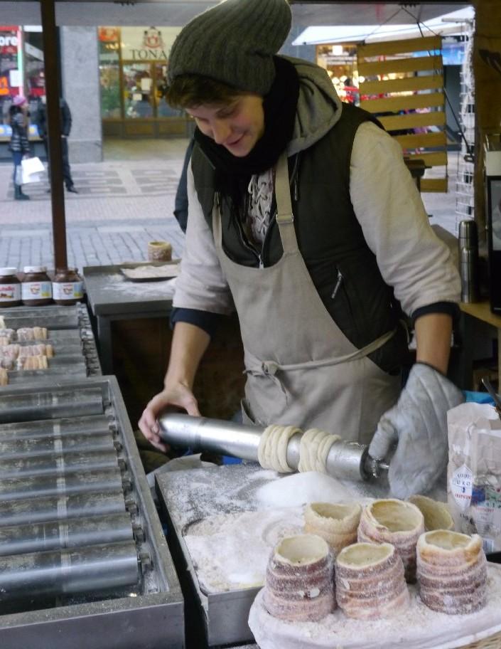 Trdelnik-Verkäuferin beim Zubereiten