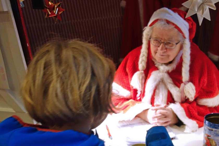 Weihnachtsfrau und Kind in der Alten Apotheke in Tondern