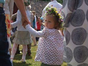 Kinder mit Blumenkränzen gehören einfach dazu