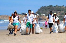 freiwillige-saeubern-in-wochenendaktionen-den-strand