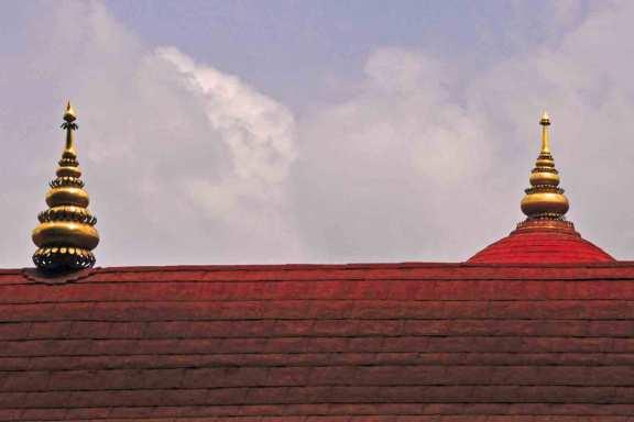 Immer wieder schön die goldenen Kuppeln auf den Tempeldächern