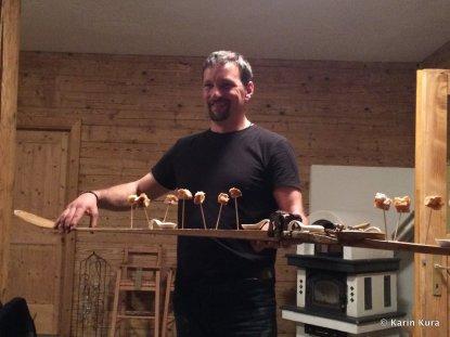 Vinschgau. Alessandro Secci serviert auf einem Holzskier. Kura