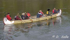 Paddeln im Kanu mit Dudelsack