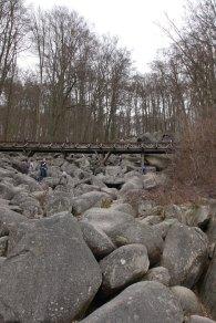 Nach der halben Strecke führt eine Brücke übers Geröll