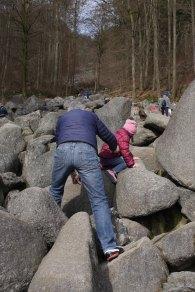 Eltern und Kinder kraxeln gemeinsam nach oben...