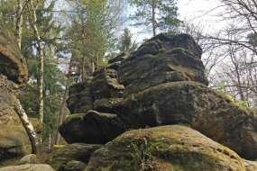Wer kann diesem Felsen widerstehen? Sogar kleine Kinder können im Labyrinth klettern klein