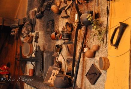 An der Ofenwand in der Tafona da Herminia hängen Relikte aus alter Zeit
