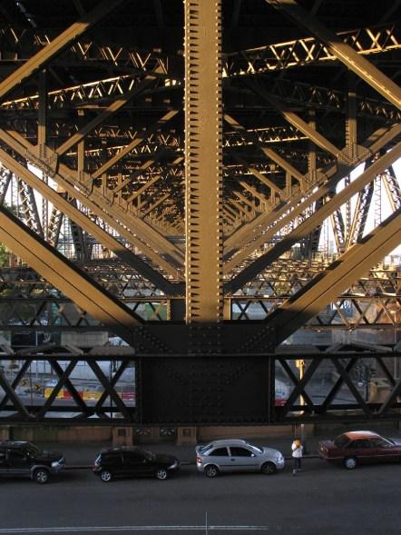 Ein eindrucksvolles Gestänge stützt die riesige Brücke