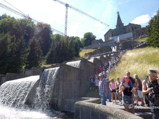 Den Berg hinab: Menschen und Wasser