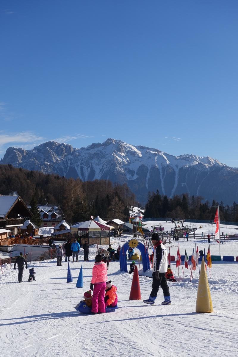 Berge, Schnee und Kinder