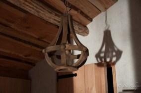 Rustikale Lampe in der Fischerhütte des Germanenlandes