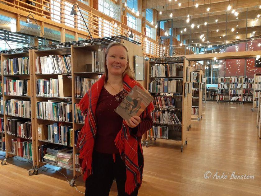 Die samische Autorin Kirsi Máret Paltto in der Bibliothek