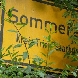 Reisefeder_Sommerau - Ortsschild. Kura