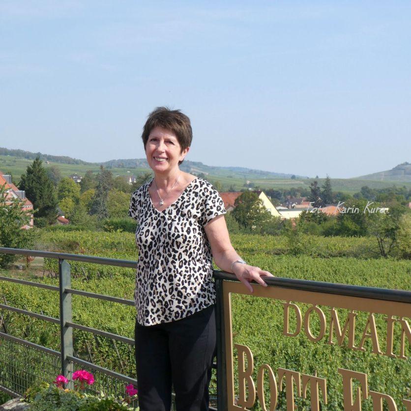 Bio-Winzerin Nicole Bott vor ihrem Weinberg