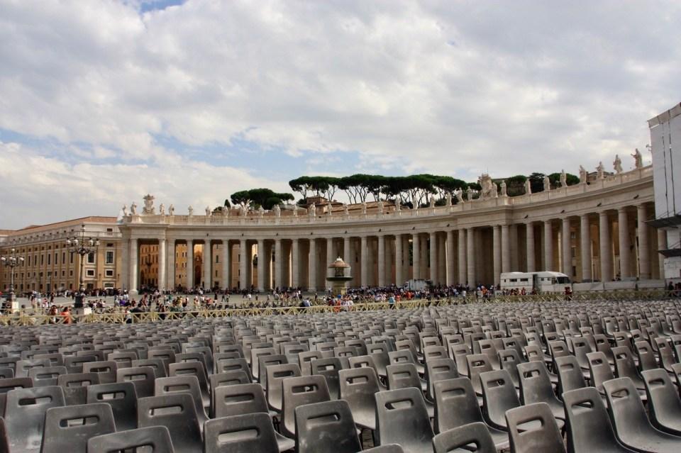 Dette bildet mangler alt-tekst; dets filnavn er roma-petersplassen-stoler-.jpg