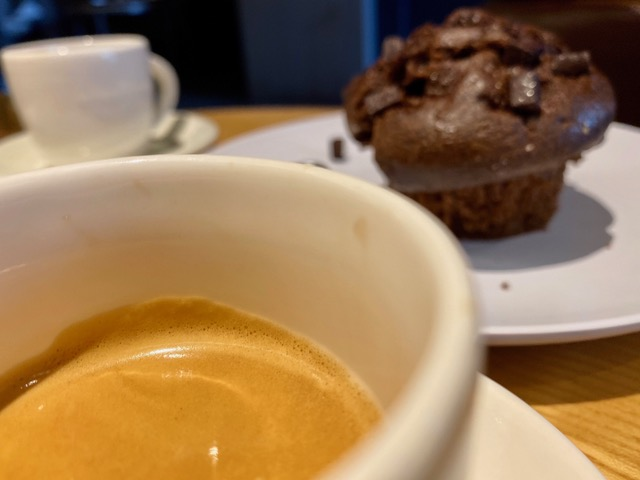 Kaffe og brownie på kafé