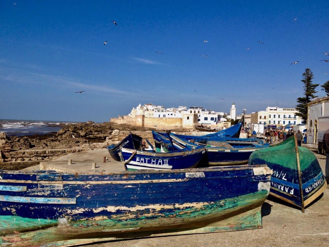 Blå båter i havna i Essaouira