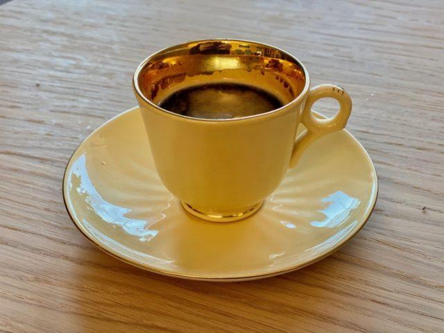 Gul Figgjo kopp med kaffe