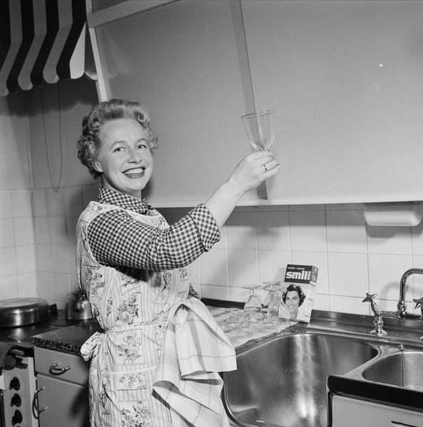 Dame på kjøkkenet