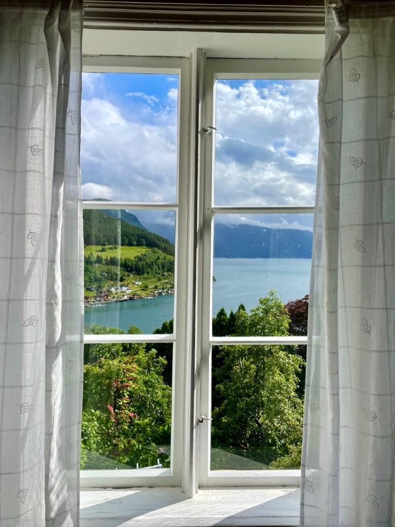 Utsikt gjennom vindu amble gård