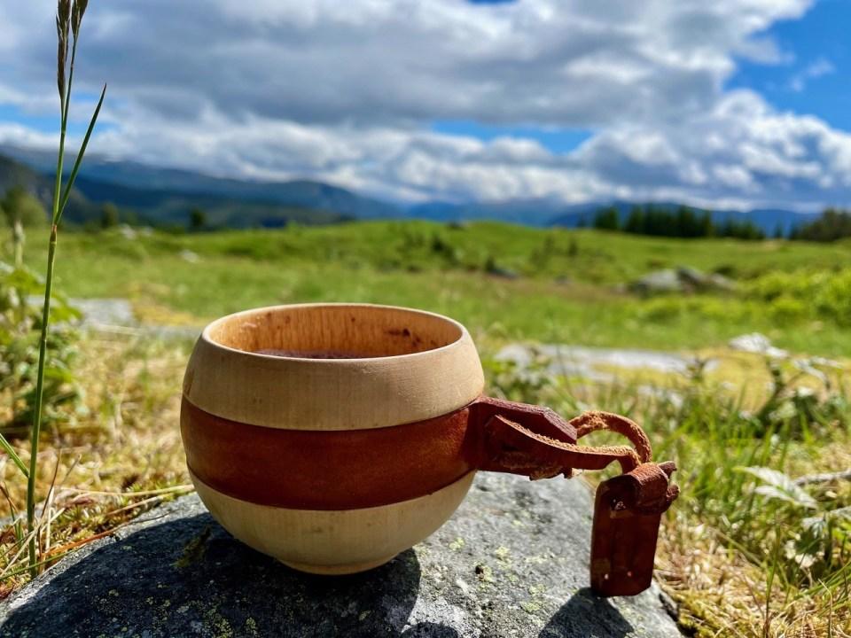 Trekopp med kaffe ute i nature