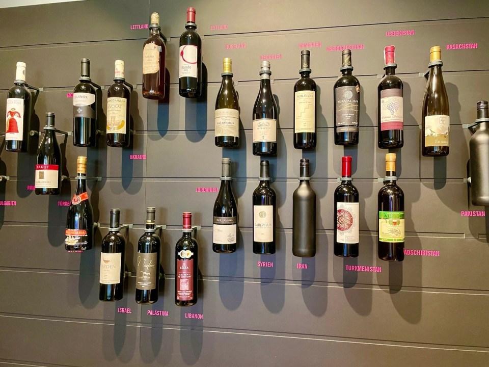 Vinflasker på veggen