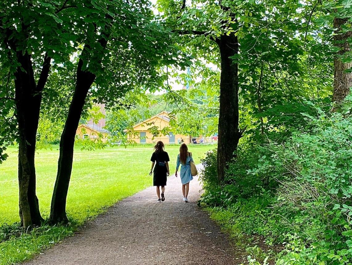 to jenter som går tur i park