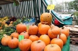 Frisches Obst und Gemüse gibt es in Berlin Boxhagener Platz, Kürbis, Halloween