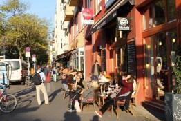 Berlin im goldenen Herbst, in Prenzlauer Berg suchen die Leute noch die letzten Sonnenstrahlen