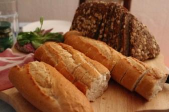 Brotzeit in Deutschland mit viel Gemüse und Brot und Brötchen