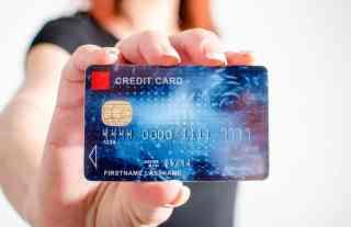 Frau mit Kreditkarte in der Hand