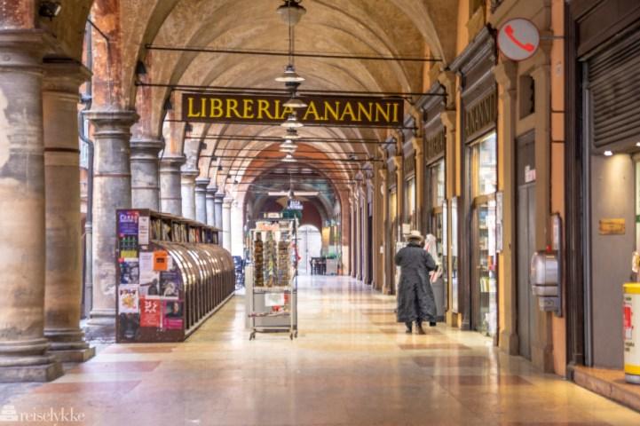 Bokhandel og søylegan i Bologna