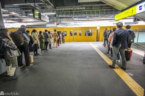 Kø på togstasjonen i Japan