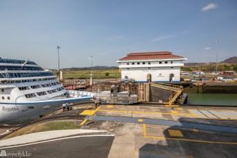 Passerende cruise i Panama-kanalen