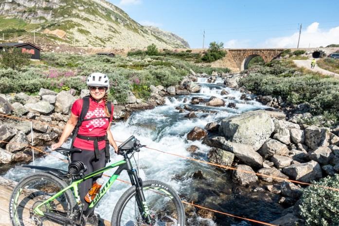 Mette på sykkeltur langs Rallarvegen