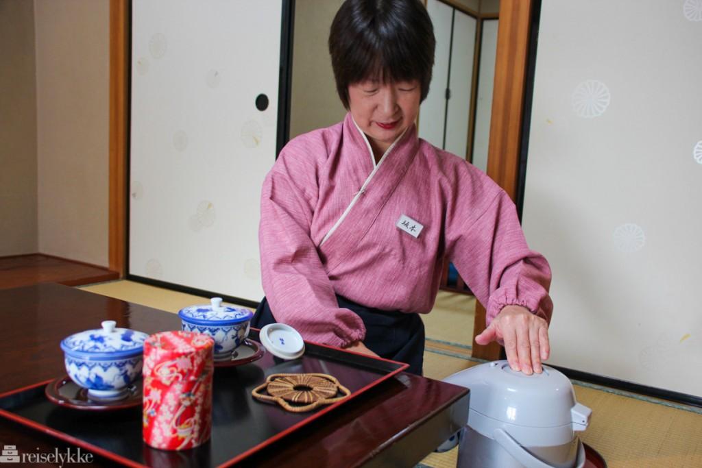 En natt på ryokan i Japan: teservering på Wakamatsu Honten