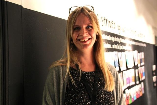 Katrine Johnsen ved Kvindemuseet viser og forteller