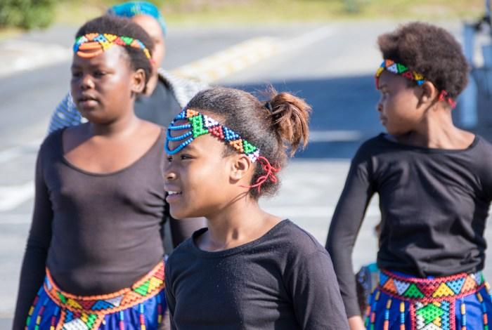 Jenter som synger og danser ved Cape Town