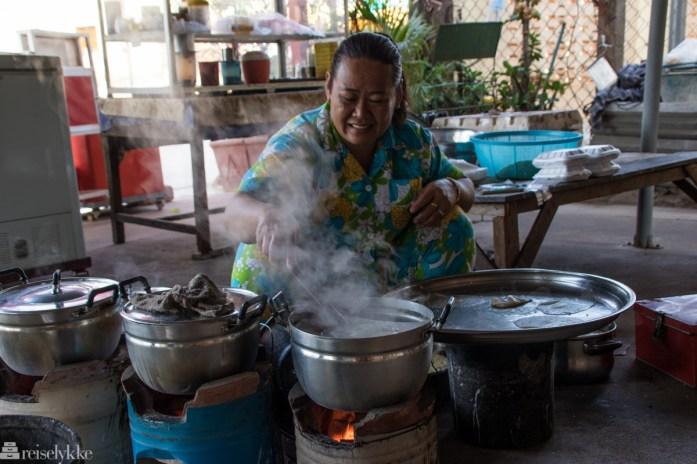 Kvinne på utekjøkkenet i Kampot