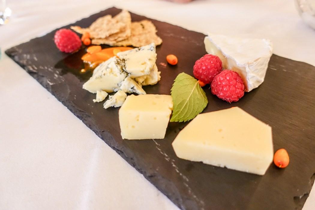 Lokale oster servert på Gloppen Hotell