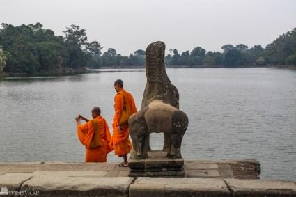 munker-ved-angkor-wat-i-kambodsja