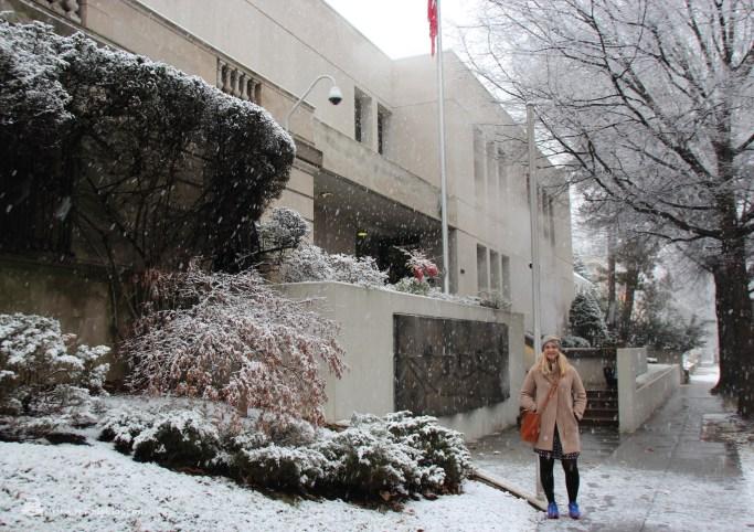Norske tilstander utenfor den norske ambassaden … Nini Pharo Halle i snøvær