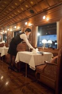 Servering ombord på Seven Stars Cruise Train