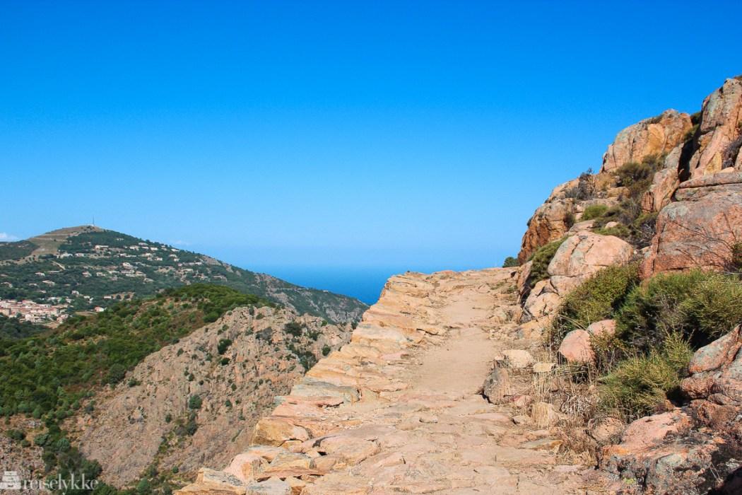 Sti i Calanques de Piana på Korsika