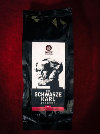 """Espresso-Kaffee mit dem schwarzen """"Nischel""""."""
