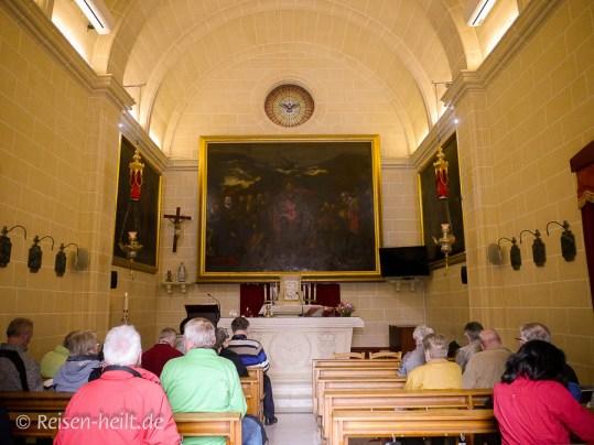 Drinnen ist die Kapelle sehr schlicht, im Vergleich zu vielen anderen Kirchen.