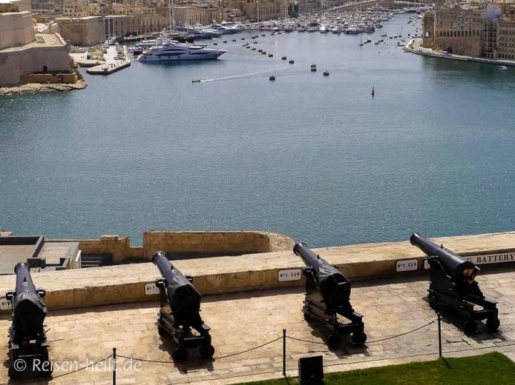 """Martialisch: Der Blick über die Kanonen hinweg auf die """"Drei Städte"""" ist einmalig."""