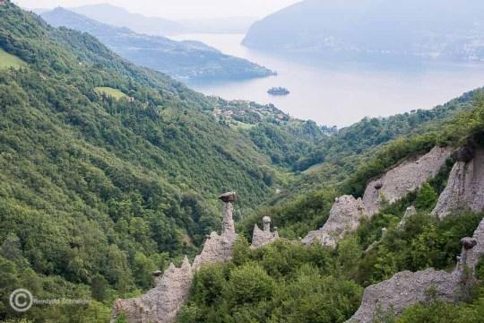 Die Erdpyramiden von Zone mit Blick auf die Monte Isola und die kleine Insel Isola di Loreto.