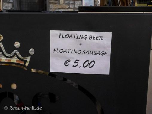 Der PR-Gag: Floating Bier mit Floating Würstel