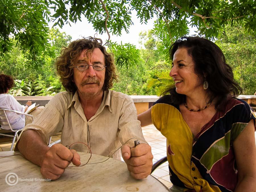 Hans Pfunder bei der Demonstration seines Zappers auf der Dachterrasse der Solar Kitchen in Auroville.